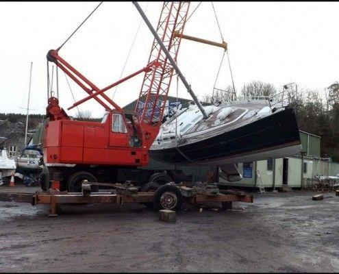 Desty Marine lifting a yacht
